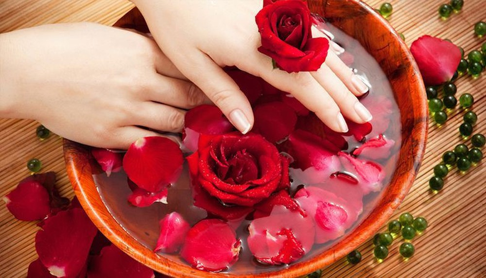 Làm nước tẩy trang bằng hoa hồng