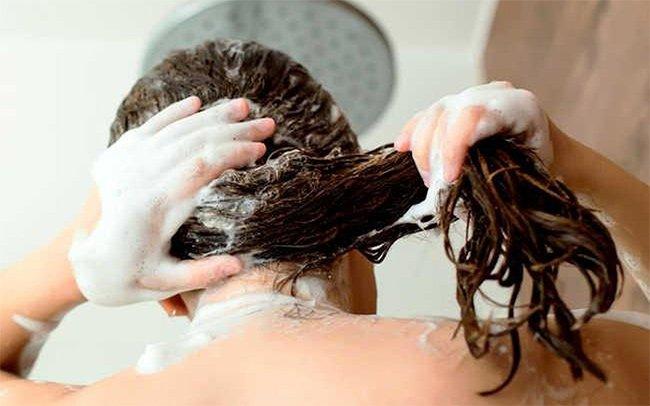 Cách làm sạch thuốc nhuộm tóc trên da đầu