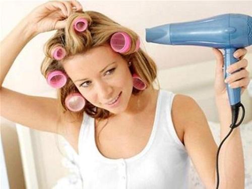 Làm tóc xoăn bằng lô cuốn tóc