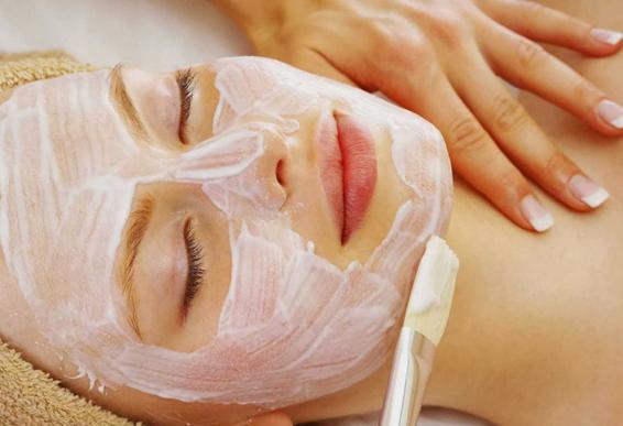 Làm căng da mặt cho phụ nữ trung niên bằng sữa tươi