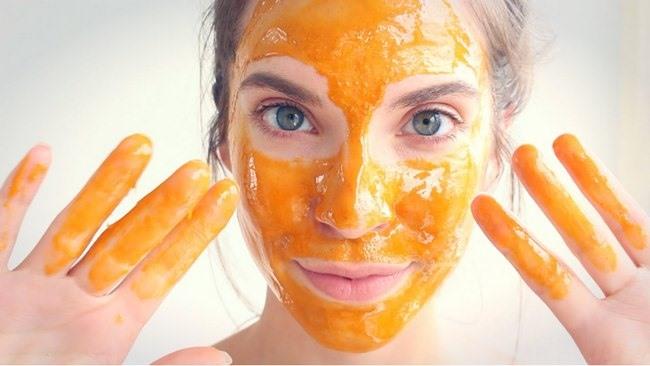 Làm căng da mặt bằng sữa mật ong