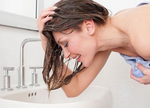 Sử dụng dầu xả thường xuyên có gây rụng tóc không?