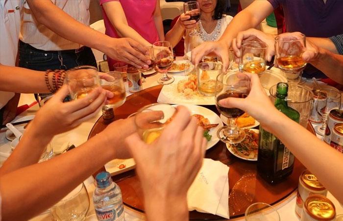 Uống rượu quá nhiều không tốt cho tóc?